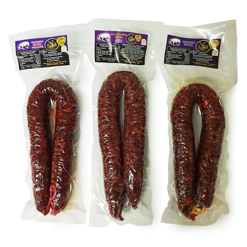 Una corra de chorizo extra, una corra de chorizo picante y una corra de salchichón. Envasados de uno en uno y  de 500 gr. aprox.  cada uno.