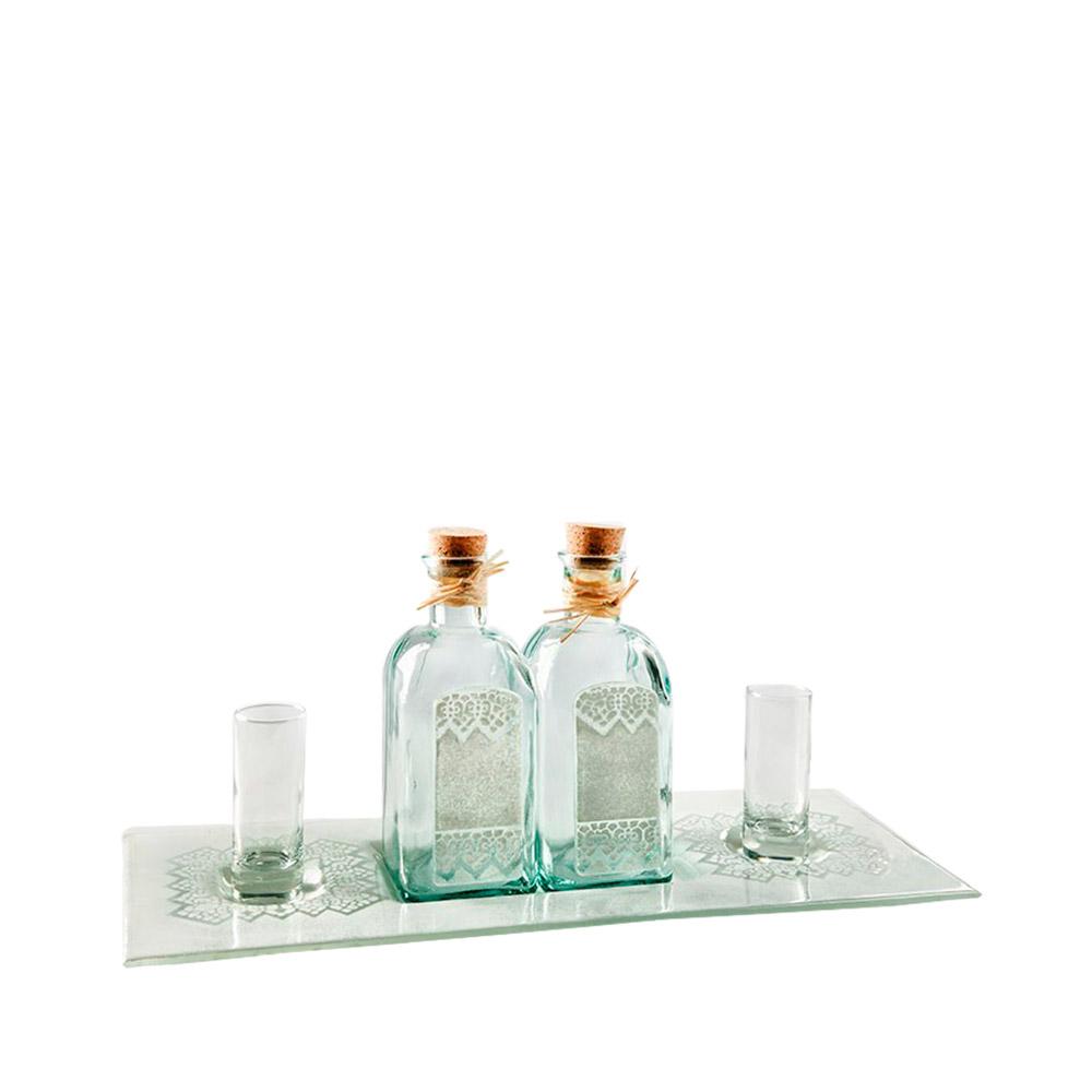 Bandeja con botellas recicladas y dos chupitos
